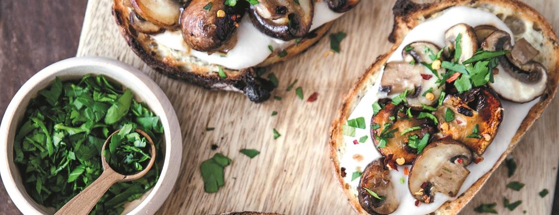 Toasts met champignons en bonencrème