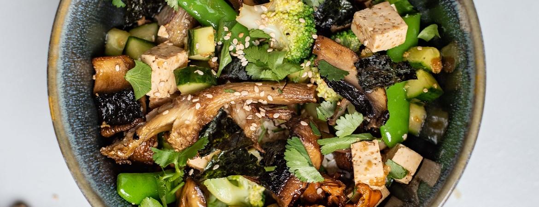 Sushi-salade met tofu en gemengde paddenstoelen