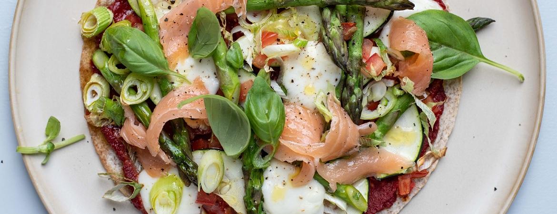 Volkoren wrappizza met zalm en asperges