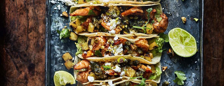 Taco's met gegrilde gamba's en ananas