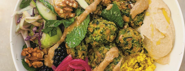 Kruidige falafel met zurige salade en tahindressing