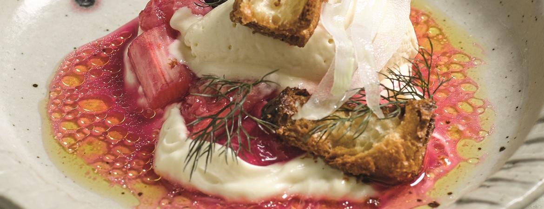 Rabarber met krokant gebakken croissant, venkelijs en yoghurt