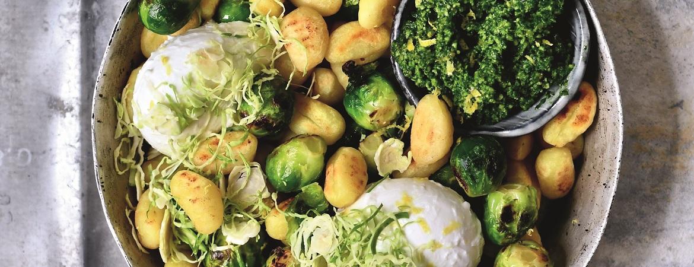 Gebakken gnocchi & spruitjes met boerenkoolpesto