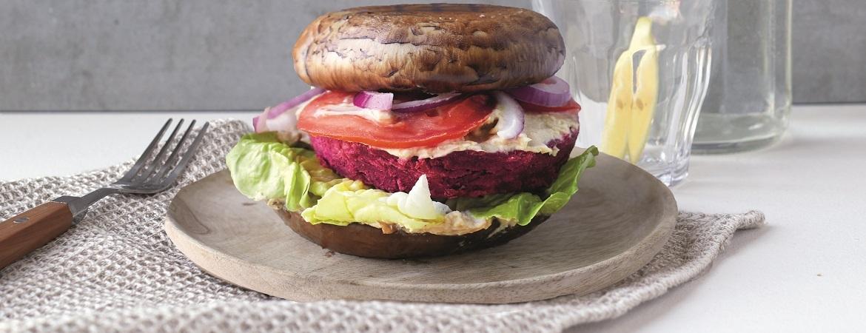 Portobelloburger met sla, hummus en bietenquinoaburger